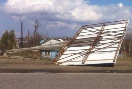 В Брянске сильный порыв ветра повалил большой рекламный щит