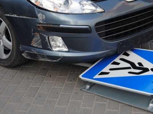В брянском посёлке водитель сбил на обочине троих пешеходов и скрылся