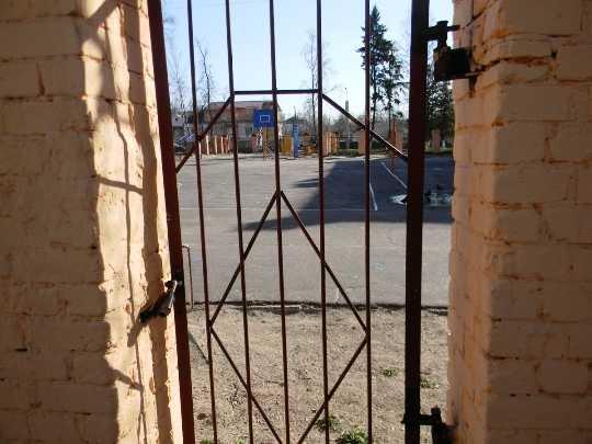 Брянцам закрыли вход на открытую спортплощадку второго лицея