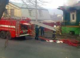 В Брянске на улице Калинина сгорела часть дома – на дороге затор