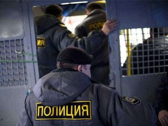 Брянские полицейские-вымогатели припугнули коммерсанта ножом