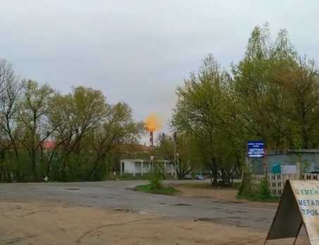 Над Брянском поднялся оранжевый дым