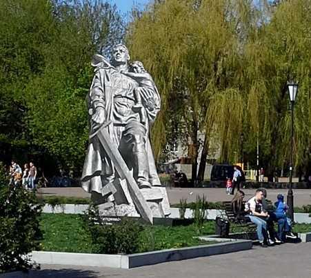 В Брянске установили макеты знаменитых памятников