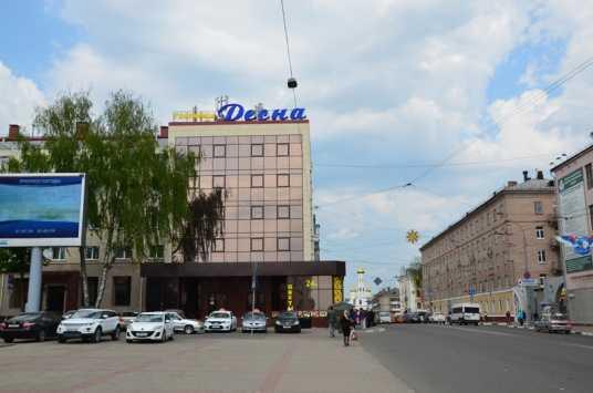 Маршрутка сломала ногу мужчине на остановке в центре Брянска