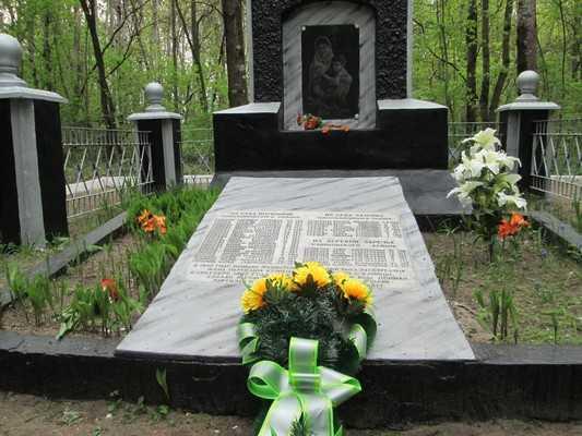 Брянские энергетики отреставрировали памятник семьям партизан в Клинцах