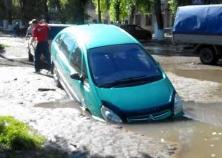 В Брянске посреди дороги провалился автомобиль
