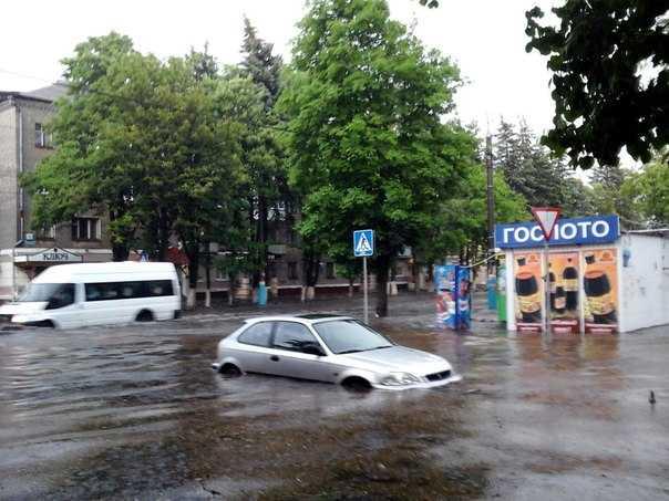 Страшная гроза затопила Брянск – деревья повалены, автомобили поплыли