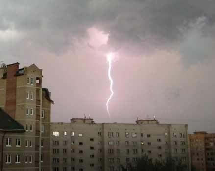 Торговый центр Тимошковых в Брянске поразила молния