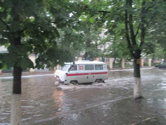 В  луже у брянской больницы едва не утонули «скорая» и такси
