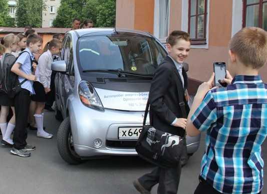 Компания «Брянскэнерго» покатала ребят на электромобиле