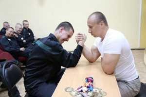 Брянский силач Сергей Шаталов посоревновался с малолетними зеками