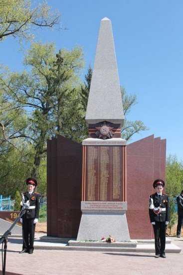 В брянском селе сыновья Александра Богомаза установили памятник воинам