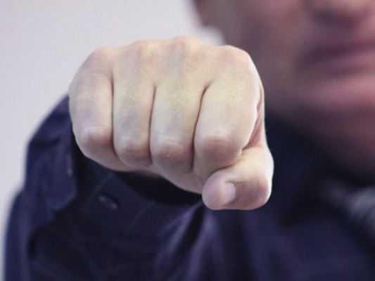 Молодой брянец кулаком выбил из отца 72 тысячи