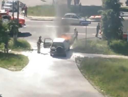Брянские пожарные погасили вспыхнувший автомобиль