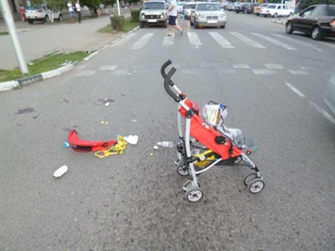 Брянский водитель раздавил коляску с ребенком и ранил женщину