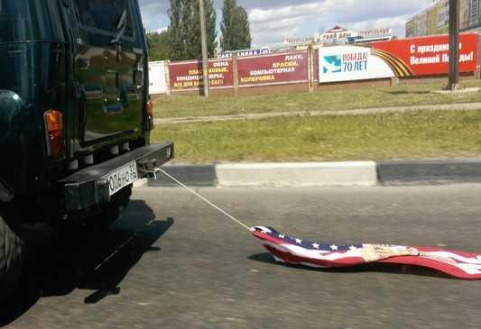 В День России брянец проволок по дороге флаг США