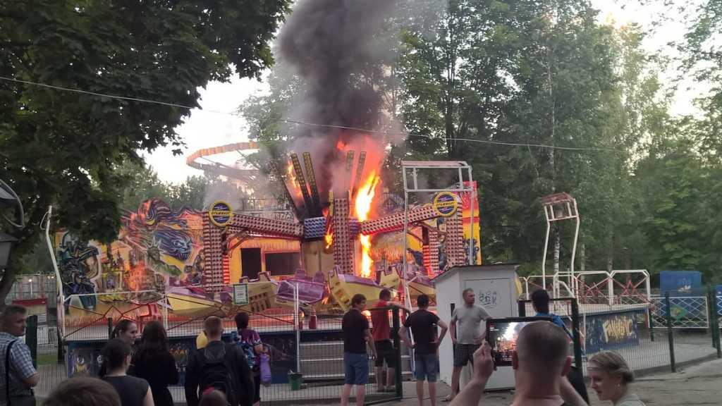 Карусель в брянском парке сгорела из-за медлительности персонала