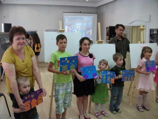 Брянские семьи создали салют из картона и пластилина