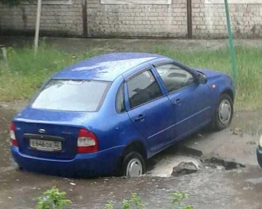 В Брянске провалился очередной автомобиль