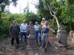 Севские казаки восстанавливают старинное брянское кладбище