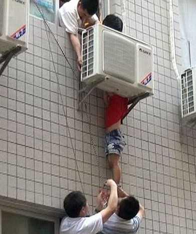 Брянское УМВД напомнило, что пять детей выпали из окна