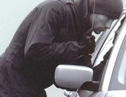 Брянский уголовник украл 20 тысяч из легковушки