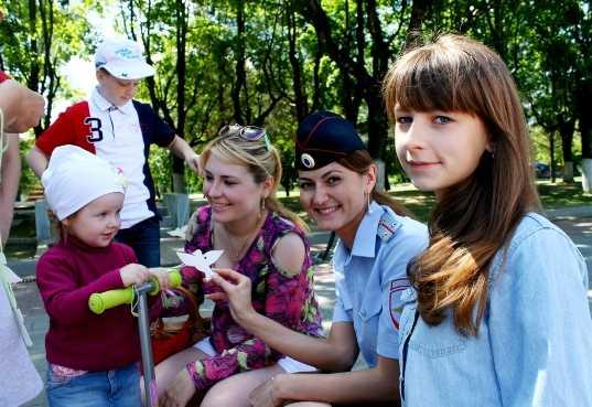 Школьники подарили брянцам голубей безопасности
