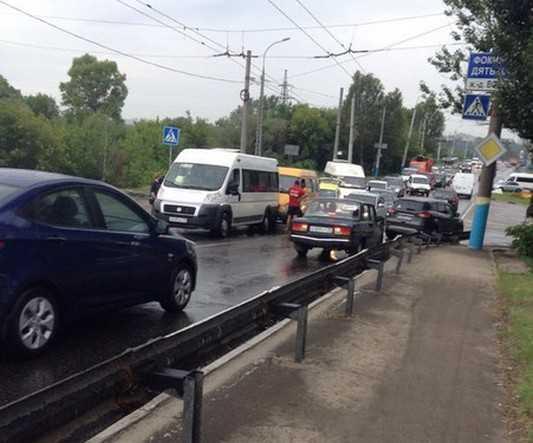 Столкновение трех машин у вокзала Брянск – I вызвало большой затор