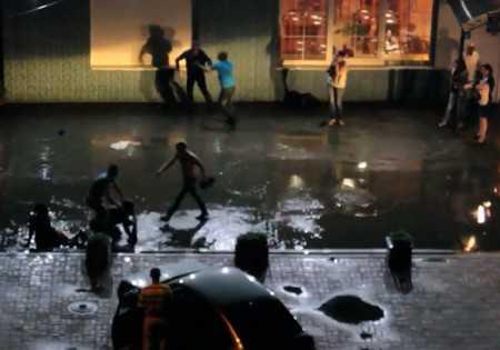 В Брянске пьяные посетители кафе учинили драку в воде (Видео)