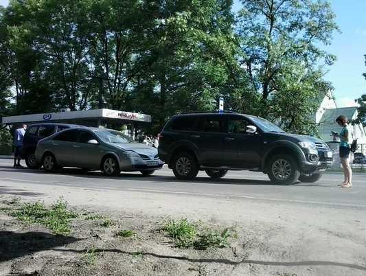 Из-за решительного пешехода в Брянске столкнулись три автомобиля