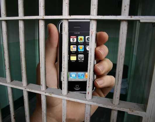 Брянским зекам перебросили 15 мобильников