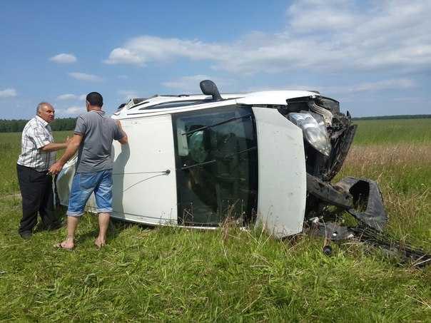 На брянской трассе в перевернувшемся автомобиле пострадала женщина