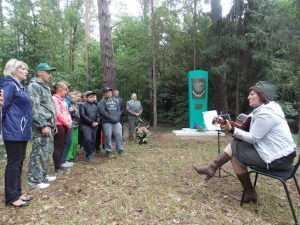 Брянская чиновница спела о войне у партизанской землянки