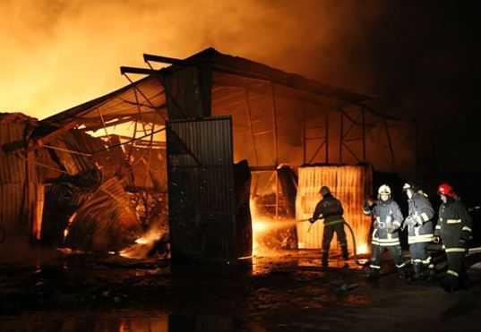 В Брянске пожар уничтожил склад