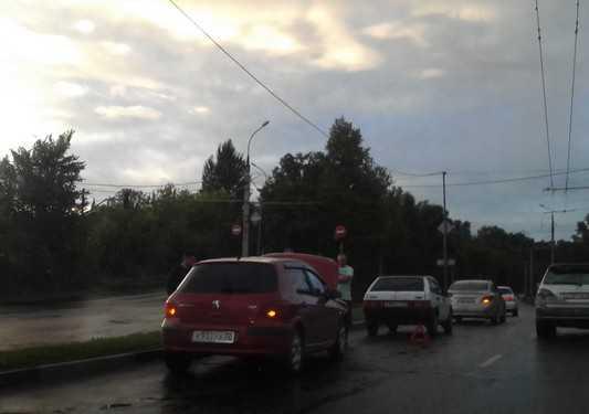 На двух улицах Брянска побились девять автомобилей