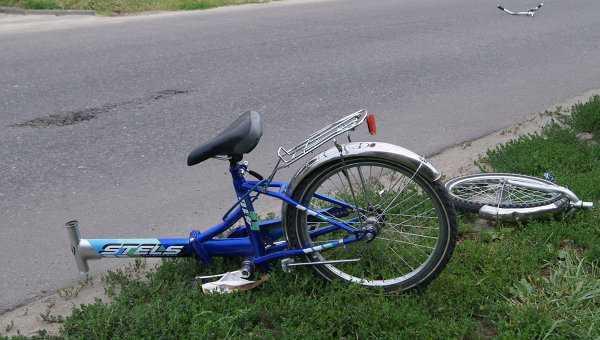 В Брянске мальчик на велосипеде атаковал «Мазду»