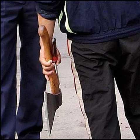 За угрозу топором сотруднице полиции брянца отправили под суд