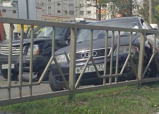В Брянске Cadillac протаранил Audi сына бывшего чиновника
