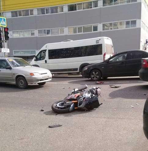 Сбитый в Брянске у «Мельницы» мотоциклист получил травмы руки и колена