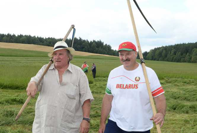 Лукашенко научил Депардье косить