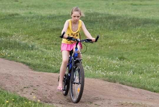 Брянский водитель сбил на обочине семилетнюю велосипедистку