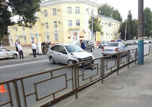 В Брянске перевернулся автомобиль – водитель травмирован