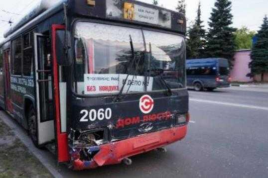 В Брянске пьяный водитель троллейбуса протаранил дорожную ограду