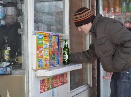 Брянской продавщице грозит суд за продажу алкоголя подростку