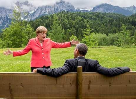 Ангела Меркель упала со стула в оперном театре