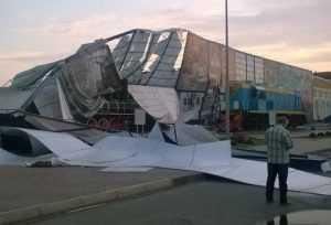 В Брянске во время урагана рекламный щит рухнул на паровоз БМЗ