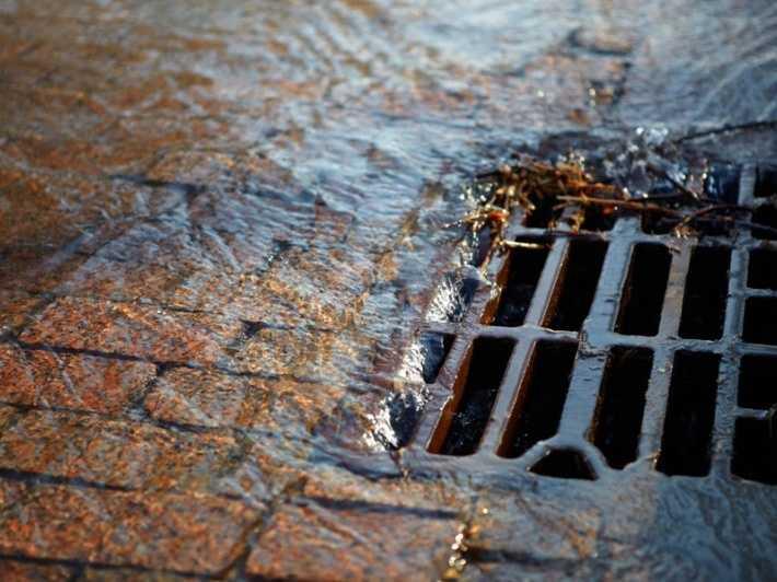 Власти Брянска начали бороться с последствиями потопа на улицах