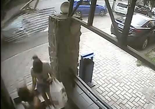В Брянске во время урагана девушек едва не покалечил летевший забор