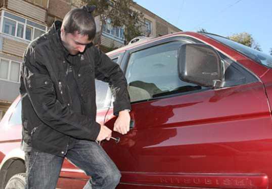 Пьяному брянцу угнать автомобиль помешала женщина