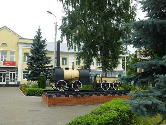 Брянский сквер украсили паровозом Черепановых